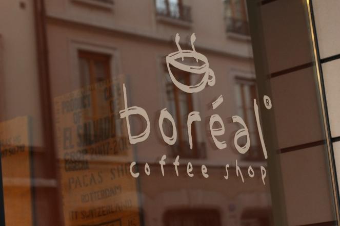 Boréal Coffee Shop/Reflection © Daisy Larios